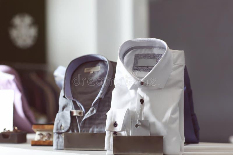 Gablota wystawowa z męskimi koszula w butiku zdjęcia royalty free