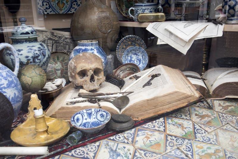 Gabloty wystawowe Holenderscy sklepy z błękitów typowymi naczyniami czaszkami i obrazy royalty free