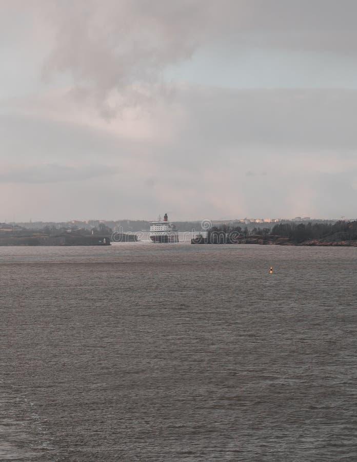 Gabriella von Viking Line auf ihrem Ausweg von Helsinki, welches das schmale Teil des Einlasses f?hrt stockfotografie