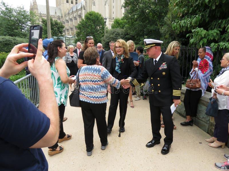 Gabrielle Giffords Meeting folkmassan i Washington DC royaltyfri foto