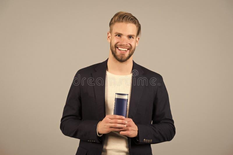 Gacenie włosy Mężczyzna fryzury chwytów butelki włosianej opieki eleganckiego higienicznego produktu popielaty tło Włosiani słabi zdjęcie royalty free