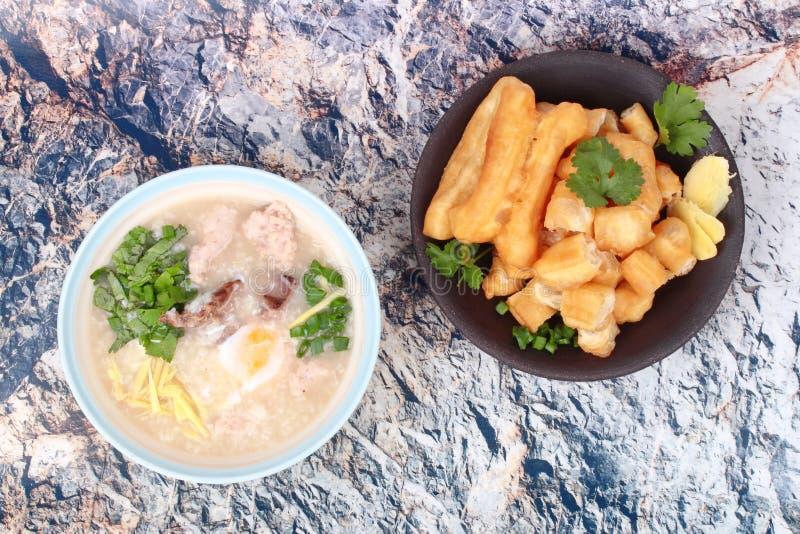 Gachas de avena del arroz con el huevo hervido, cerdo picadito, hígado de pollo, Ging imagen de archivo