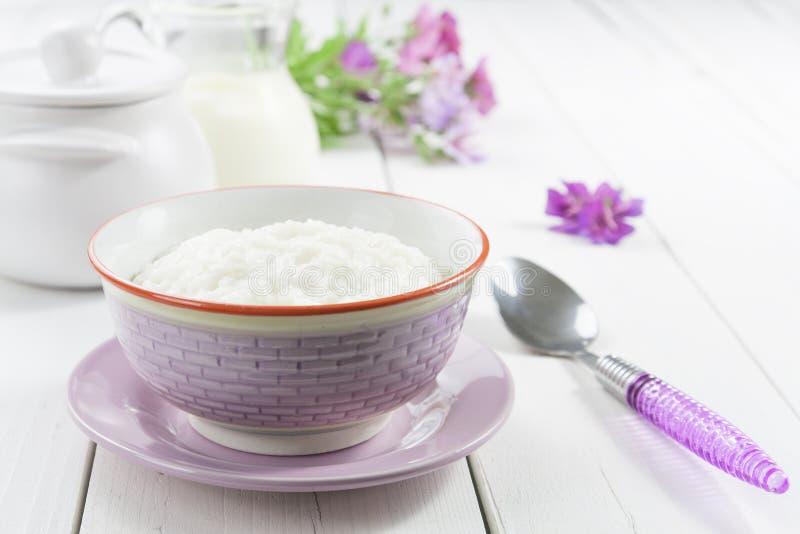 Gachas de avena del arroz con leche fotos de archivo