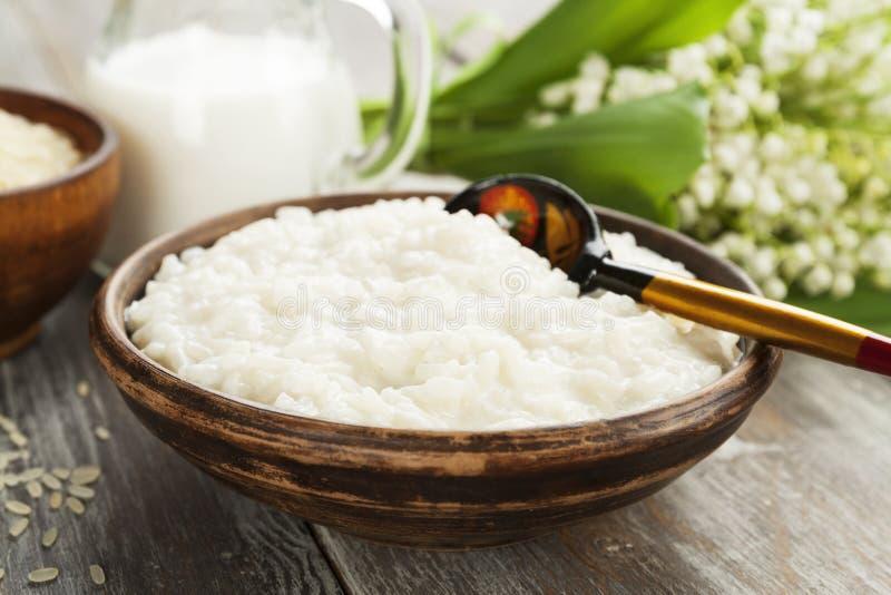 Gachas de avena del arroz en una placa fotos de archivo