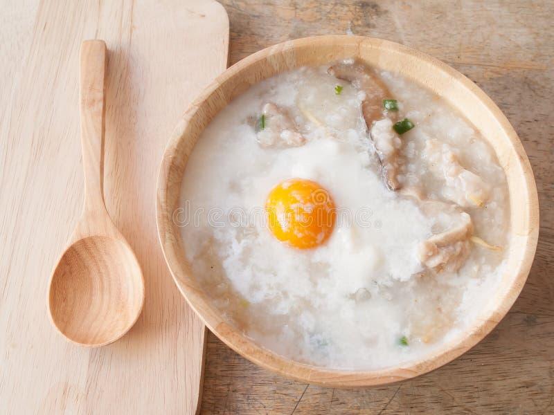 Gachas de avena del arroz para el desayuno imagenes de archivo