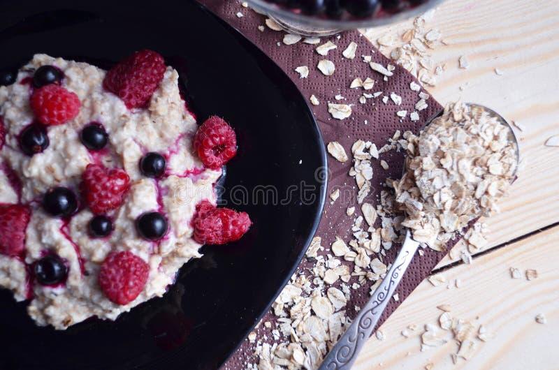 Gachas de avena de la harina de avena con la fruta Comida vegetariana sabrosa fotografía de archivo