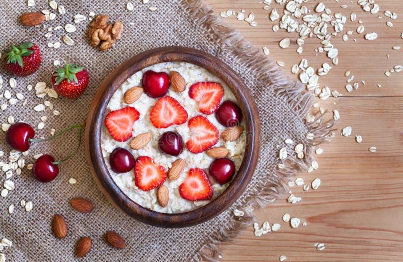 Gachas de avena naturales deliciosas de la harina de avena del desayuno con imagen de archivo
