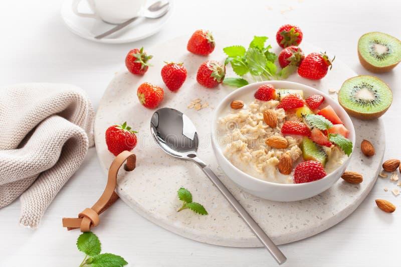Gachas de avena sanas de la harina de avena del desayuno, fresa, nueces foto de archivo