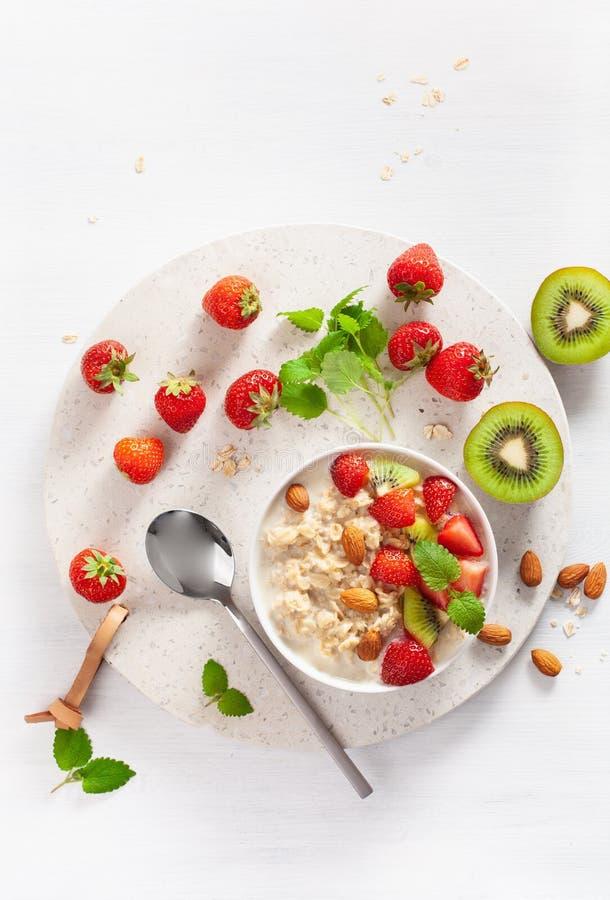 Gachas de avena sanas de la harina de avena del desayuno, fresa, nueces Visi?n superior fotografía de archivo
