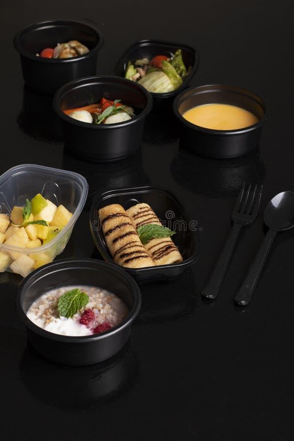 gachas de avena y bayas del alforfón, sopa de la calabaza con las verduras cocidas al vapor, lechuga y ensalada de frutas exótica fotos de archivo libres de regalías
