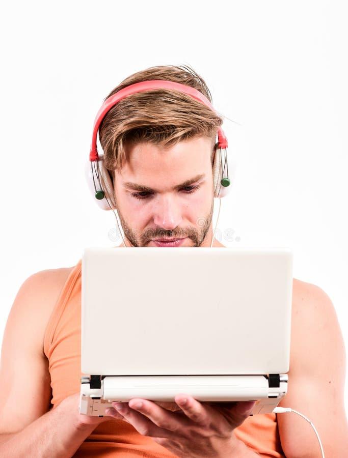 Gadget die het leven gemakkelijker maken veel Vrije tijd en pret Kerel met hoofdtelefoons en laptop Student Life Online vermaak stock foto's