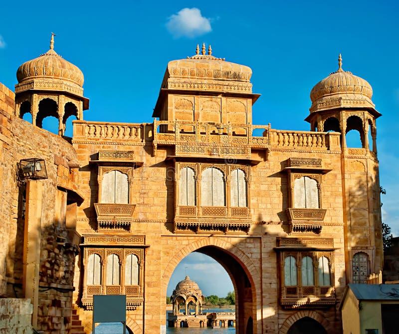 Gadi Sagar Gadisar Lake är en av de viktigaste turist- dragningarna i Jaisalmer, Rajasthan, norr Indien leddjuren arkivbilder