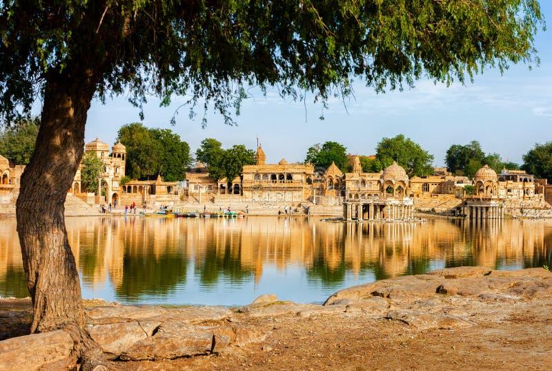 Gadi Sagar (Gadisar) sjö, Jaisalmer, Rajasthan, Indien, Asien arkivbilder