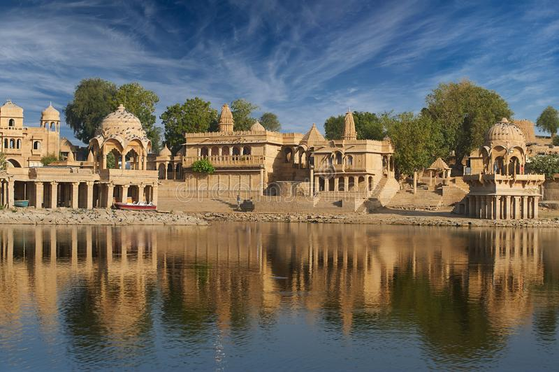 Gadi Sagar-tempel op Gadisar-meer Jaisalmer, India royalty-vrije stock afbeeldingen