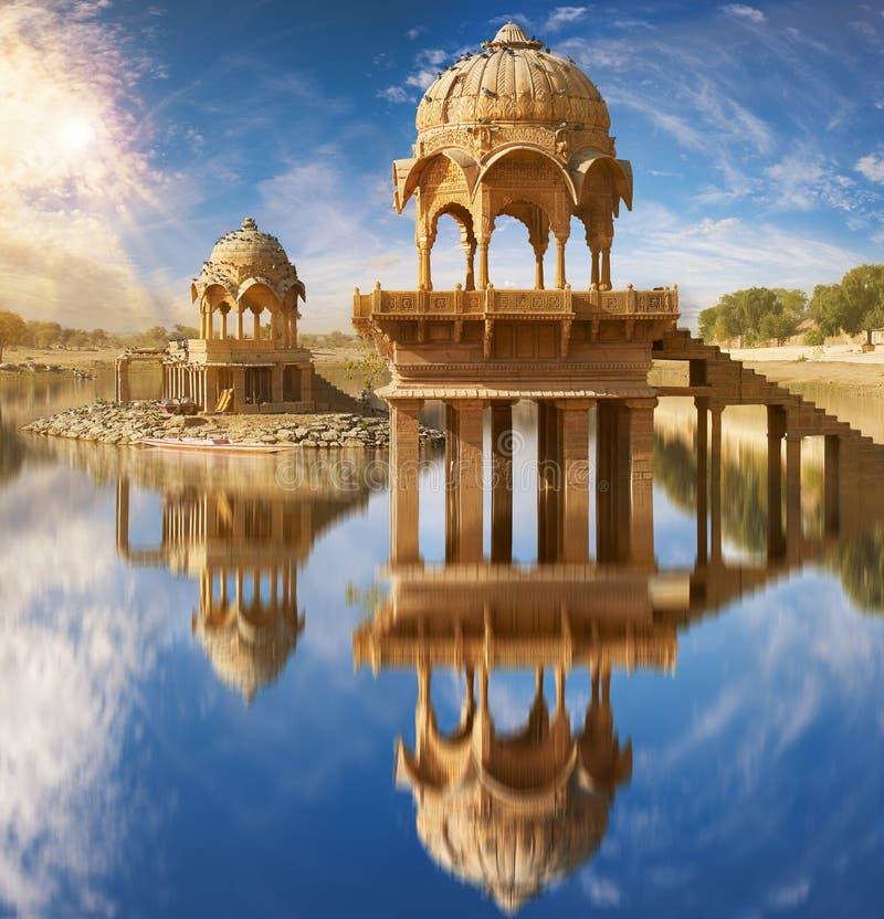 Gadi Sagar-tempel op Gadisar-meer Jaisalmer, India royalty-vrije stock fotografie