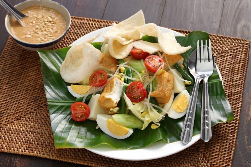 Gado gado, indonezyjska sałatka z arachidowym kumberlandem obrazy royalty free