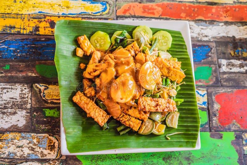 Gado-Gado Indonesische die salade met pindasaus wordt gediend Ingrediënten: tofu, spinazie, snijbonen, sojaspruiten, aardappels stock afbeeldingen