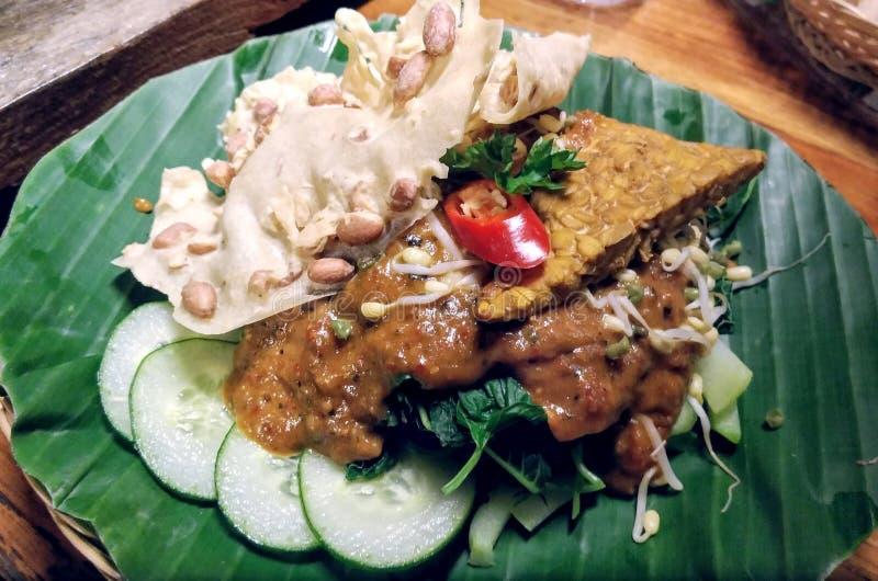 Gado gado pindakaas met komkommer en kiemgroenten stock afbeelding