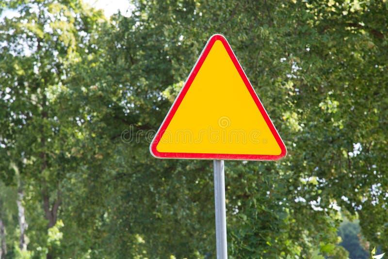- Gado - posição de advertência do sinal de estrada na borda da estrada Rua vazia adiante Posição vazia do sinal de estrada na bo foto de stock royalty free