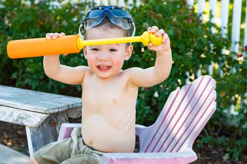 Gafas de la piscina del muchacho caucásico chino joven juguetón feliz de la raza mixta que llevan foto de archivo