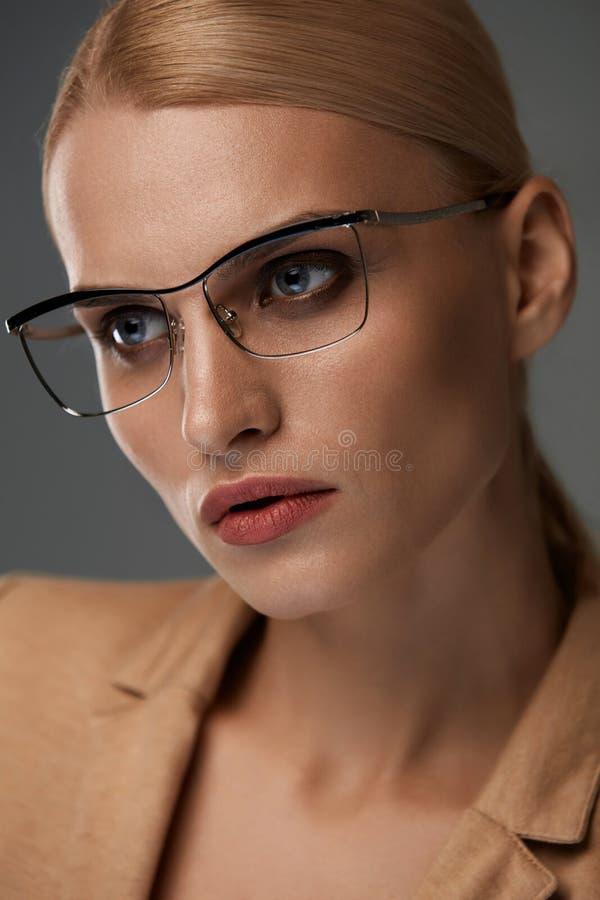 Gafas de las mujeres Mujer de negocios hermosa en vidrios negros de la moda imagen de archivo