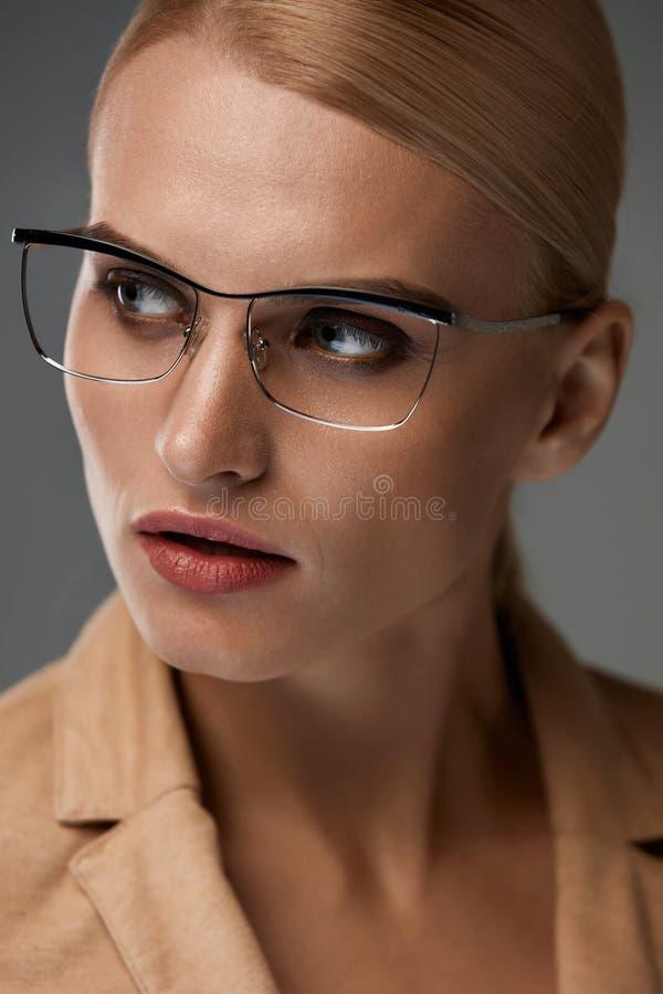Gafas de las mujeres Mujer de negocios hermosa en vidrios negros de la moda foto de archivo libre de regalías