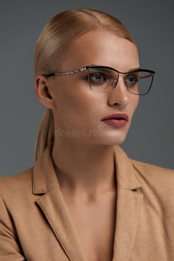Gafas de las mujeres Mujer de negocios hermosa en vidrios negros de la moda imágenes de archivo libres de regalías