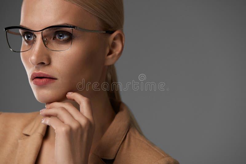 Gafas de las mujeres Mujer de negocios hermosa en vidrios negros de la moda fotografía de archivo