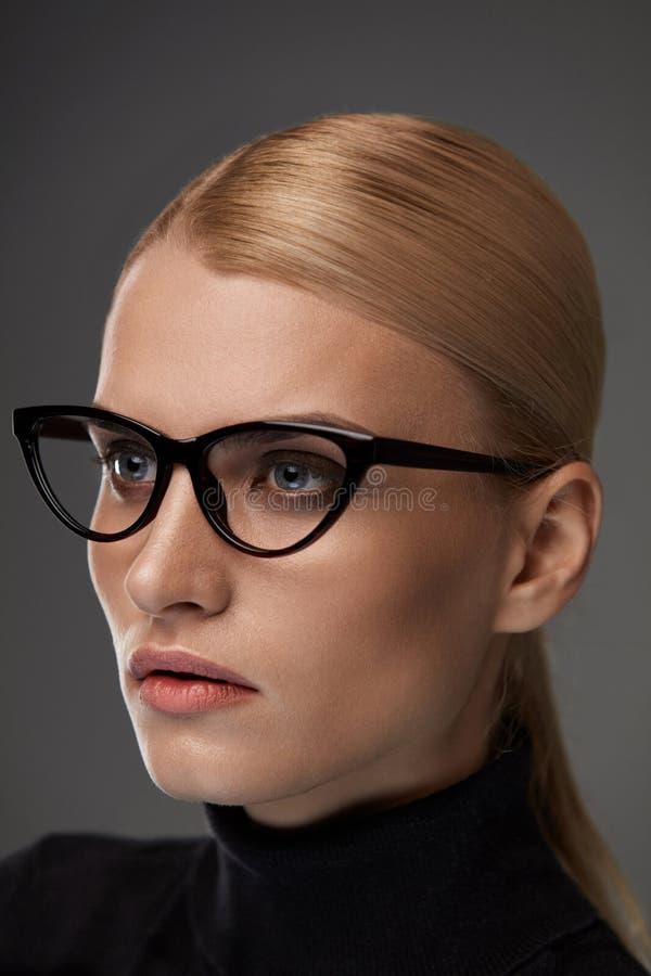 Gafas de las mujeres Mujer hermosa en los vidrios, lentes elegantes fotografía de archivo libre de regalías