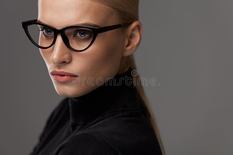 Gafas de las mujeres Mujer hermosa en los vidrios, lentes elegantes imagen de archivo