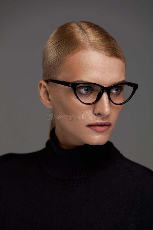 Gafas de las mujeres Mujer hermosa en los vidrios, lentes elegantes fotos de archivo