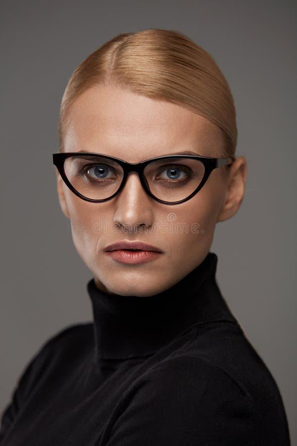 Gafas de las mujeres Mujer hermosa en los vidrios, lentes elegantes fotografía de archivo