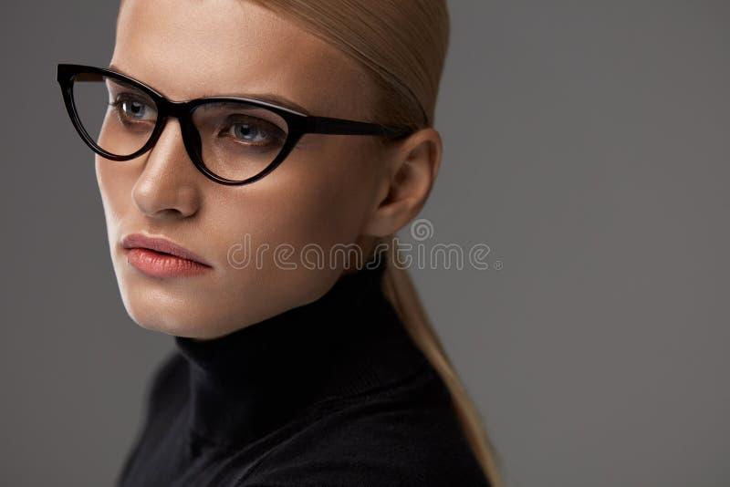 Gafas de las mujeres Mujer hermosa en los vidrios, lentes elegantes foto de archivo