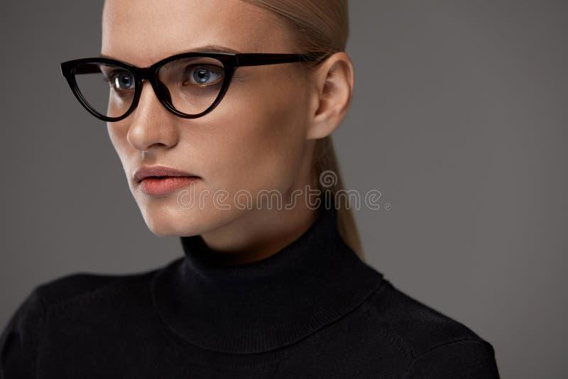 Gafas de las mujeres Mujer hermosa en los vidrios, lentes elegantes imágenes de archivo libres de regalías