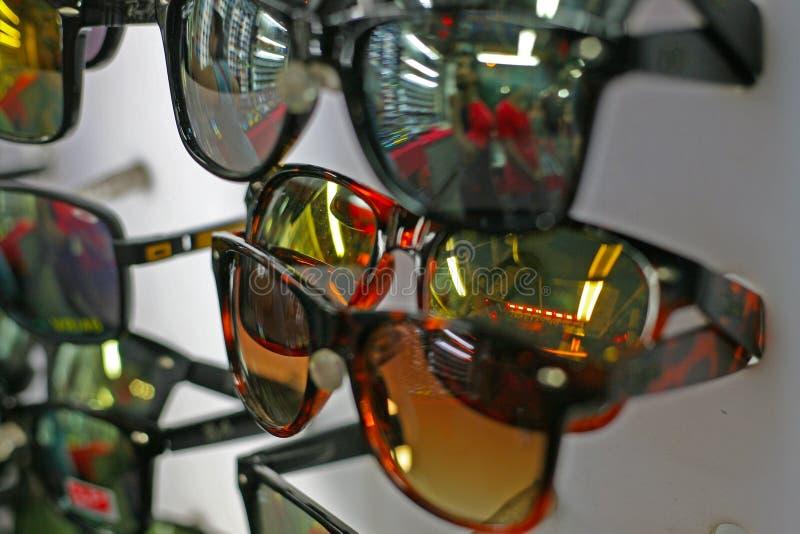 Download Gafas De Sol Apiladas Para Arriba En Una Parada Del Mercado Foto de archivo - Imagen de eyeglasses, venta: 100534920