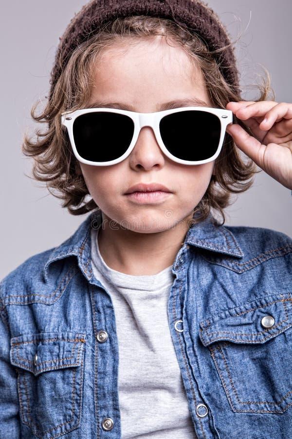 Gafas de sol blancas que llevan del muchacho imágenes de archivo libres de regalías