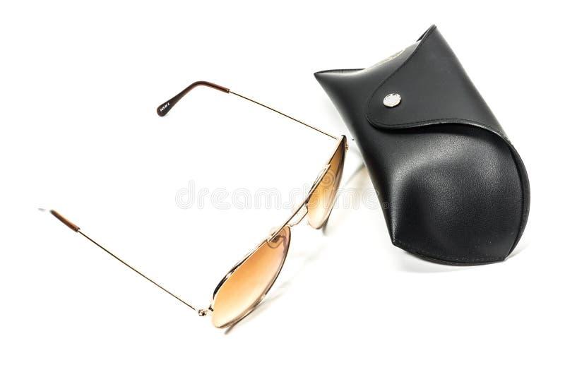 Gafas de sol con la caja negra en el fondo blanco imagen de archivo libre de regalías