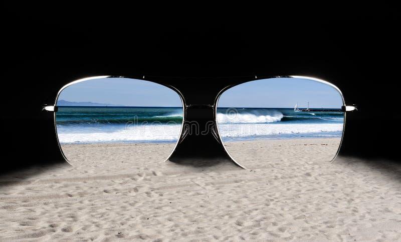 Gafas de sol con la reflexión de la playa fotos de archivo