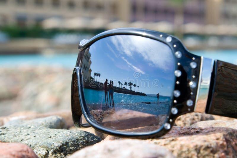 Gafas de sol con la reflexión del mar fotos de archivo