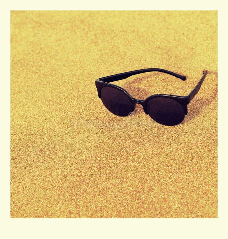 Gafas de sol de la foto en la costa arenosa foto de archivo libre de regalías