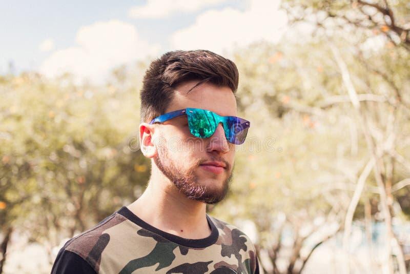 Gafas de sol del escudo del hombre que llevan imagenes de archivo