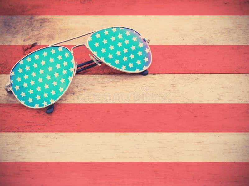 Gafas de sol del espejo como modelo de la bandera americana fotografía de archivo libre de regalías