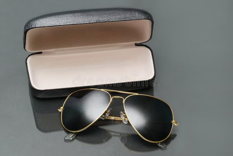 gafas de sol del hombre foto de archivo