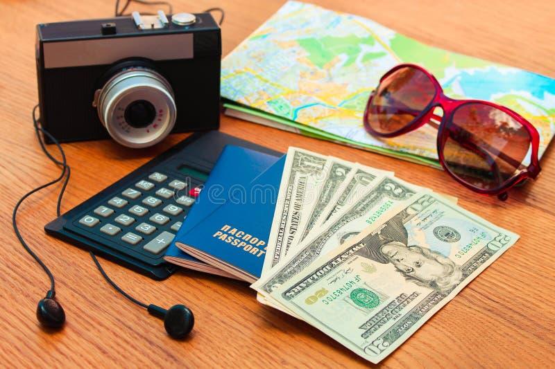 Gafas de sol determinadas calculadora, auriculares del mapa de camino de la cámara del cuaderno del espacio en blanco del dinero  foto de archivo libre de regalías