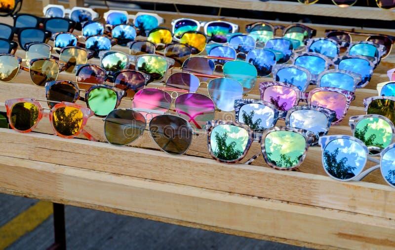 Gafas de sol en estante de madera foto de archivo libre de regalías