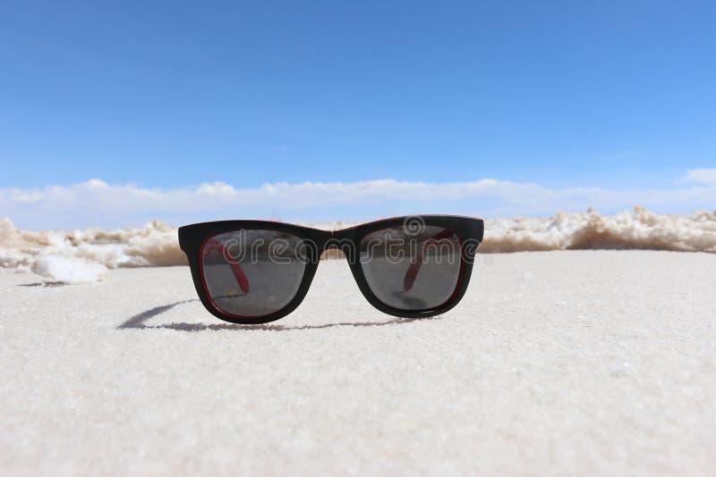 Gafas de sol en fondo del lago de sal Salar De Uyuni, BOLIVIA fotos de archivo