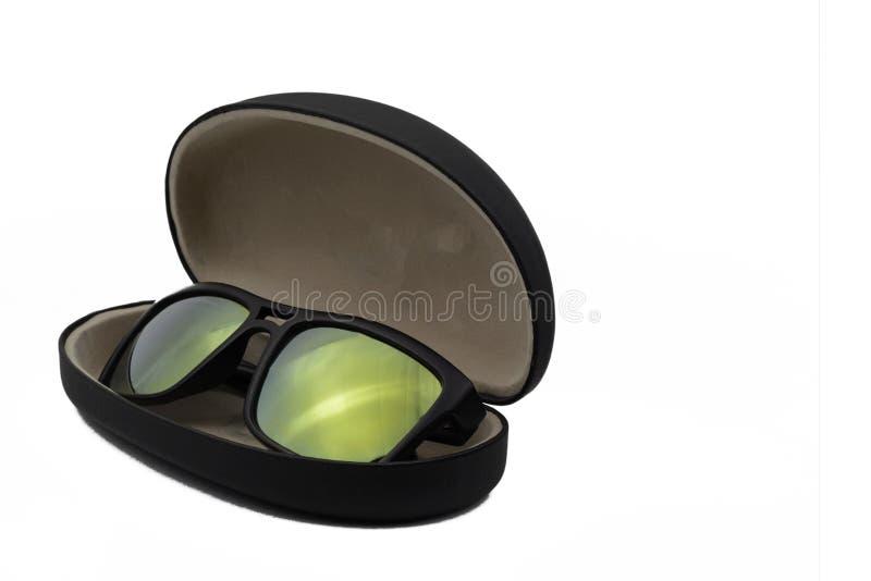 Gafas de sol en la caja negra aislada en el fondo blanco foto de archivo