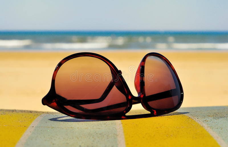Gafas de sol en un centro turístico de la playa fotos de archivo