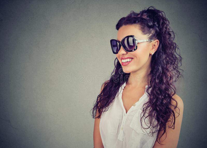 Gafas de sol de la moda de la mujer que llevan hermosa foto de archivo libre de regalías