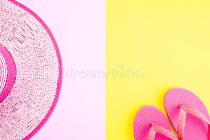 Gafas de sol de los accesorios de la playa, sombrero de la playa de las estrellas de mar de la chancleta y c?scara del mar en ros imagen de archivo libre de regalías